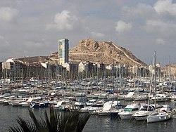 Vista del puerto y el Castillo de Santa Bárbara