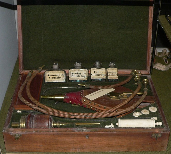 Archivo:Instruments-medecine-19e-p1030519.jpg
