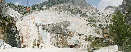 Cava di marmo nelle Alpi Apuane