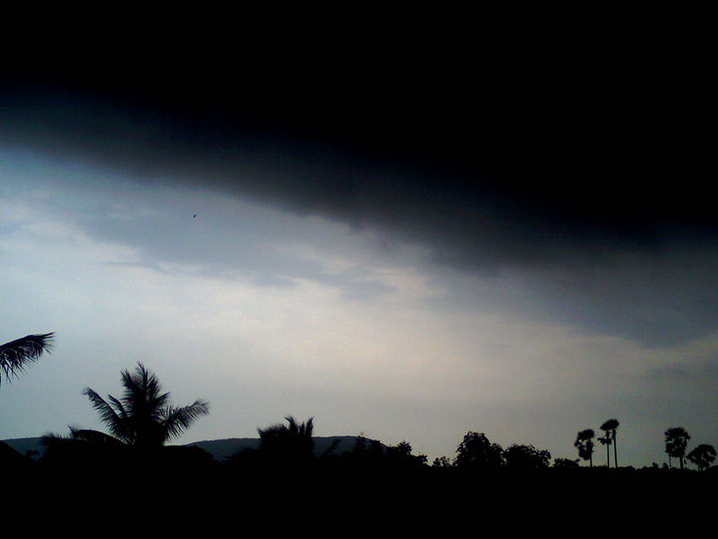 File:Dark Clouds at Bheemunipatnam.jpg