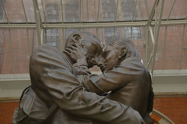 Paul Day's The Meeting Place statue at London St Pancras railway station