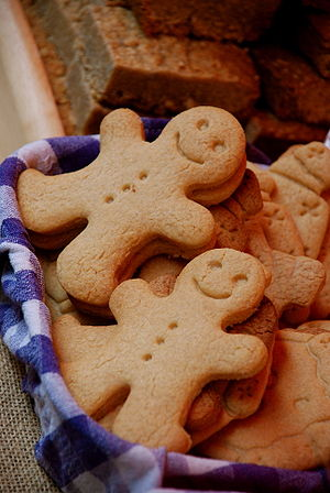 English: Two gingerbread men in a basket of co...
