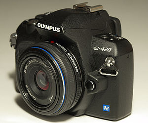 English: Olympus E-420 DSLR, with the 25 mm 2....