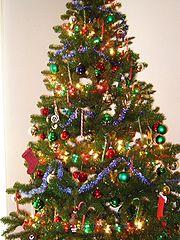 Decoración de un árbol de Navidad.