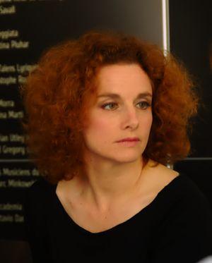 Polski: Emmanuelle Haïm podczas konferencji pr...