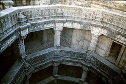 Dos de los cincos pisos del pozo escalonado de Adalaj de 1499.