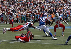 Peterson splitting defenders in the 2008 Pro Bowl.