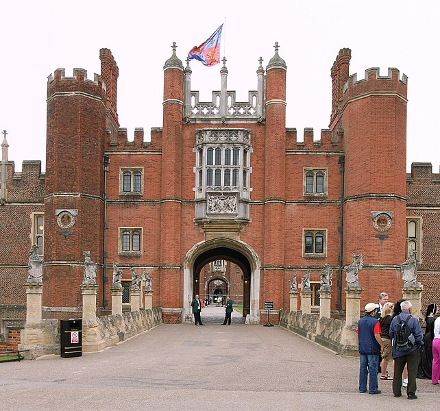 https://i2.wp.com/upload.wikimedia.org/wikipedia/commons/thumb/4/4b/Hampton_Court_Great_Gatehouse.jpg/642px-Hampton_Court_Great_Gatehouse.jpg
