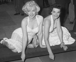 English: Marilyn Monroe and Jane Russell putti...