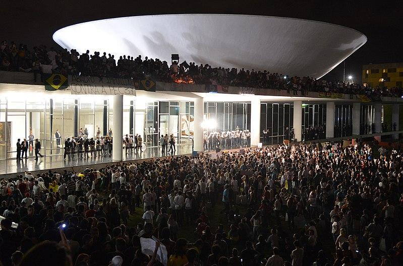 File:Protesto no Congresso Nacional do Brasil, 17 de junho de 2013.jpg
