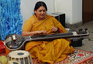 Shubha Mudgal playing hte tanpura