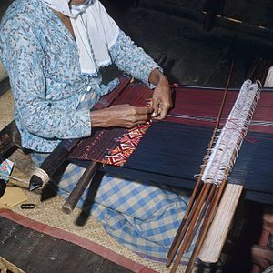 A weaver with her weaving loom Nederlands: Dia...