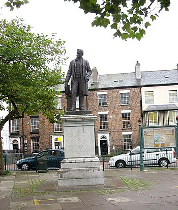 English: Statue of Sir Hugh Owen , A Pioneer o...