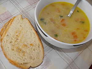 English: Chicken soup and toast Български: Пил...