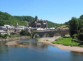 Estaing, le château et le pont gothique sur le Lot.
