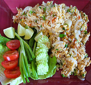 Thai fried rice, with common garnishes of cucu...