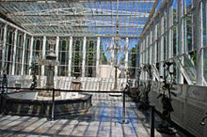 النافورة التي تتوسطها الفسقية الكرستال الموجودة بالدفيئة التي تربط بين بهوي القصر الزجاجي