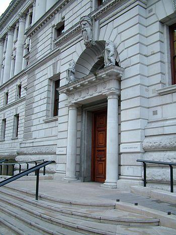 English: East entrance of HM Treasury Français...