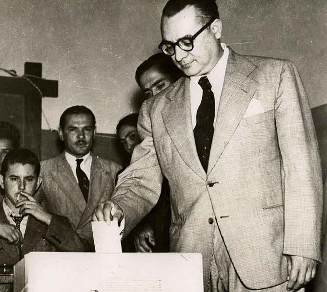 https://i2.wp.com/upload.wikimedia.org/wikipedia/commons/thumb/5/53/RB%2C_votando_en_los_comicios_del_27_de_octubre_de_1946.JPG/670px-RB%2C_votando_en_los_comicios_del_27_de_octubre_de_1946.JPG