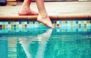 Català: Tastant l'aigua dúna piscina. Español:...