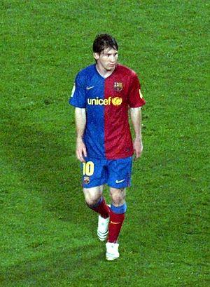Messi ante el Almeria en el Nou Camp en el par...