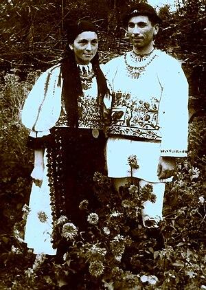 Română: Tineri căsătoriţi(miri) în port popula...