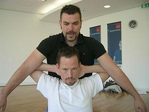 English: Thaimassage stretching the pectoralis...