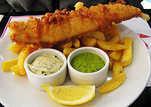English: Fish, chips and mushy peas Português:...