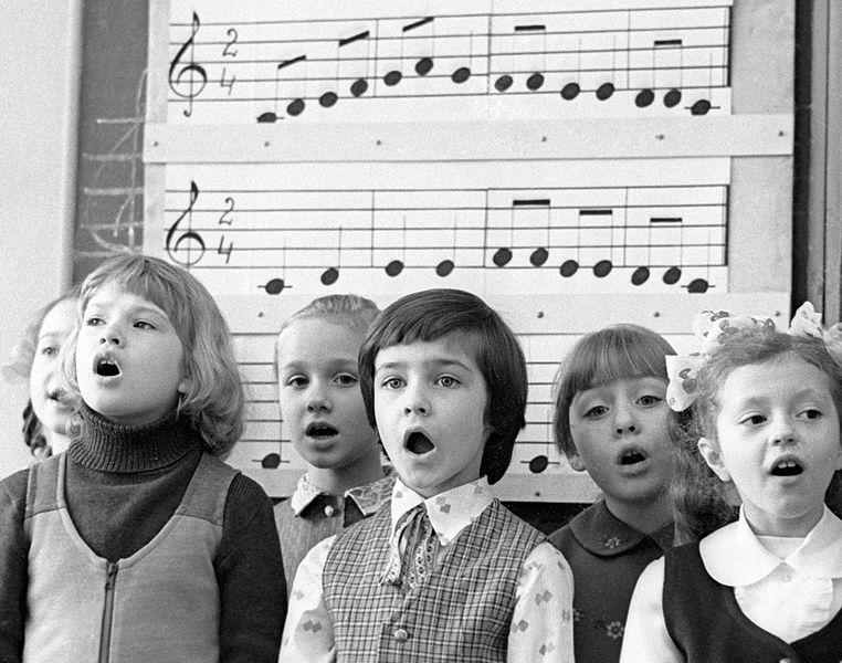 Nens i nenes cantant.