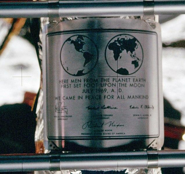 Archivo:Apollo 11 plaque closeup on Moon.jpg