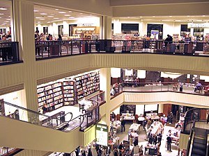 English: The interior of the Barnes & Noble lo...