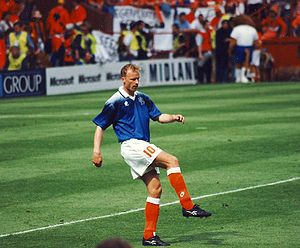 English: Dennis Bergkamp warming up for a Holl...