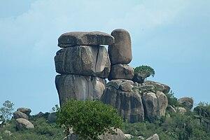 English: Kit-Mikayi, a rock formation near Kis...