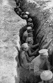 Soldados rusos esperando un ataque alemán en una linea de trincheras.
