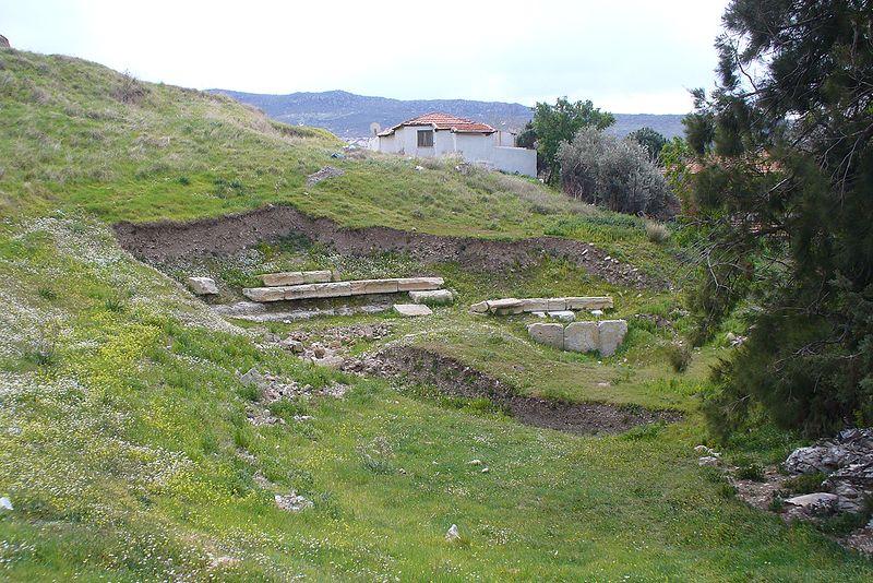 File:Ancient theatre Foça525.jpg