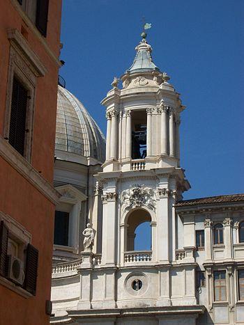 Italiano: Torre campanaria alla sinistra della...