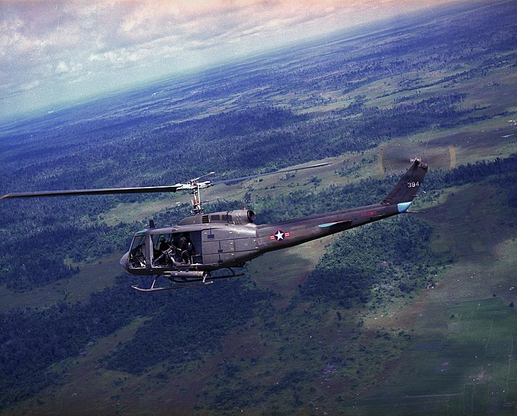 https://i2.wp.com/upload.wikimedia.org/wikipedia/commons/thumb/5/5b/UH-1H_VNAF_in_flight_1971.jpg/744px-UH-1H_VNAF_in_flight_1971.jpg