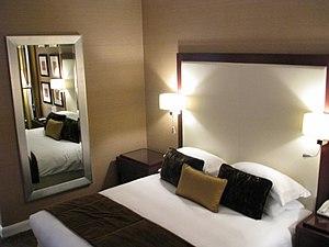 English: A room in the Al Bustan Rotana hotel,...