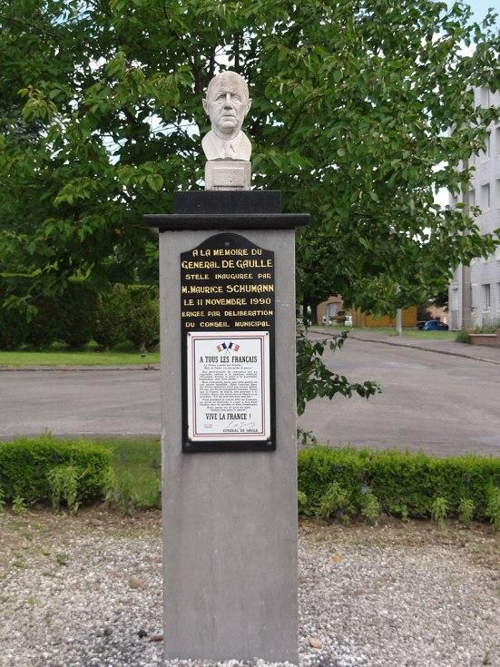 Trélon (Nord, Fr) mémorial buste Général de Gaulle.jpg