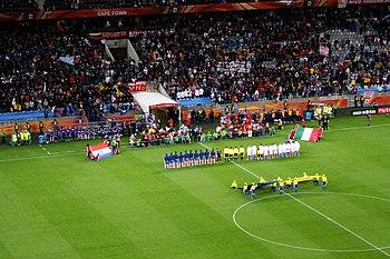 Español: Equipos de Paraguay e Italia en el mo...