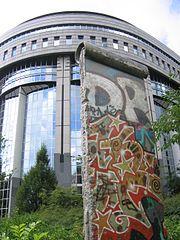 Fragment du Mur de Berlin devant le parlement européen, à Bruxelles
