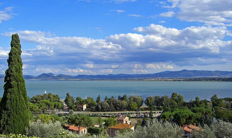 File:Lago Trasimeno wide view.jpg