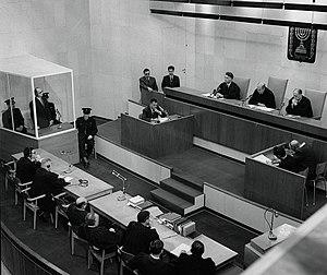 English: Defendant Adolf Eichmann (inside glas...