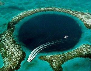 Deutsch: Das Great Blue Hole ist eine kreisrun...