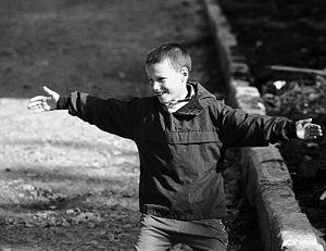 Фотография радующегося мальчика