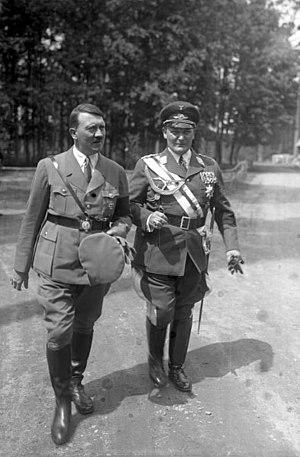 Bundesarchiv Bild 102-16004, Adolf Hitler mit ...