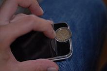 Una película protectora durante la aplicación en un teléfono inteligente