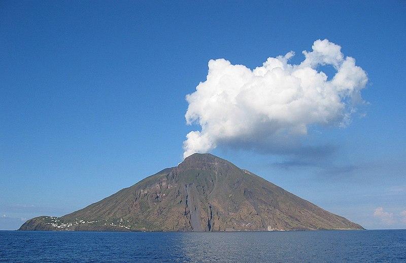 Dymiący stożek wulkanu Stromboli