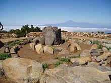 Reconstrucción de altar aborigen en la cima de Garajonay (La Gomera), con el Teide (Tenerife) al fondo