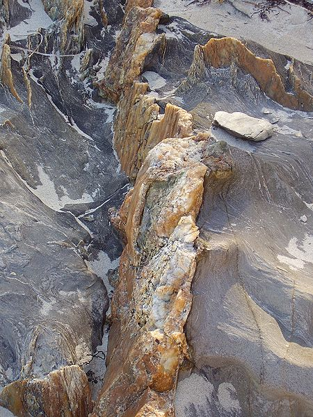 File:Quartz vein cape jervis.jpg